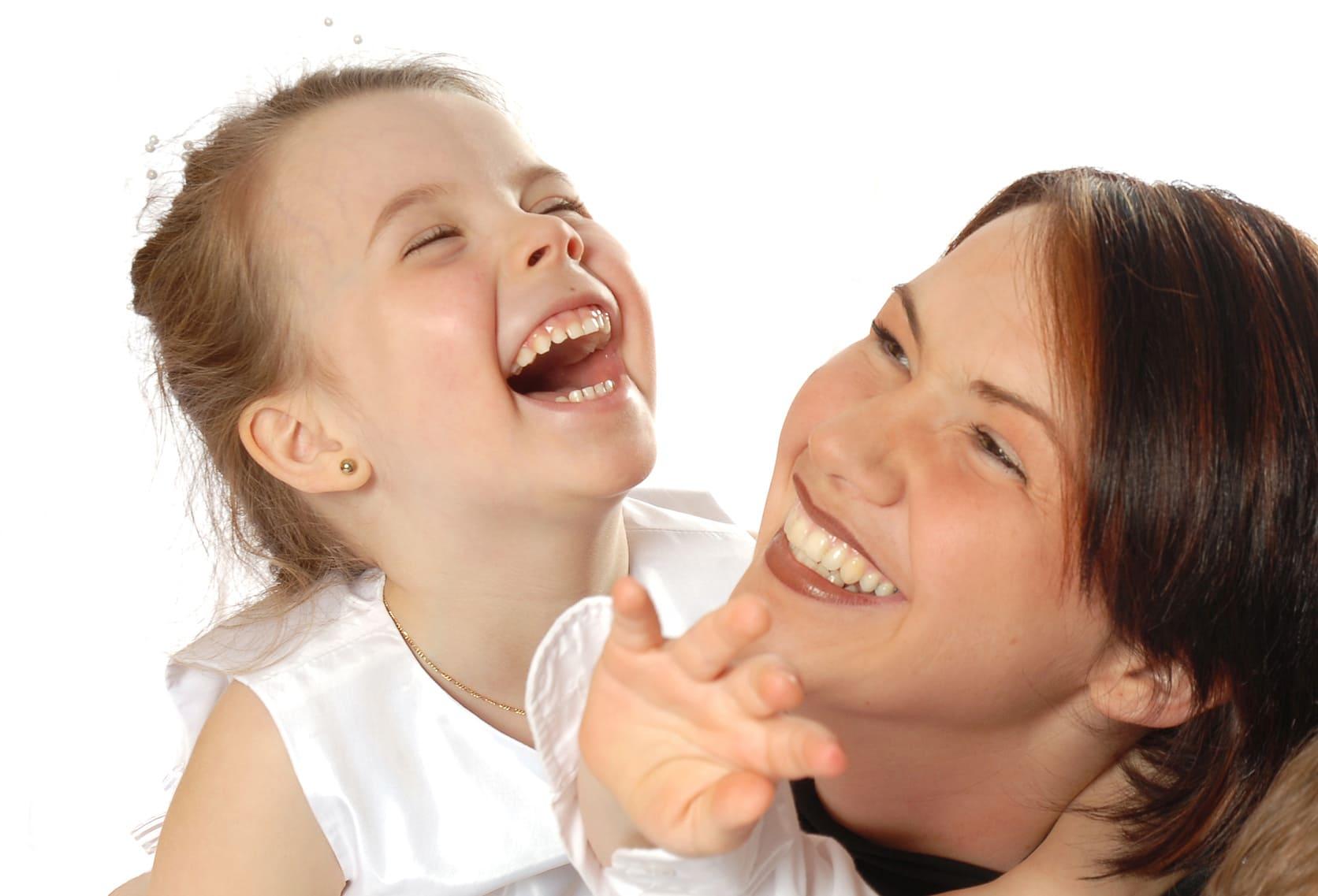Танечка і мама смяюцца.