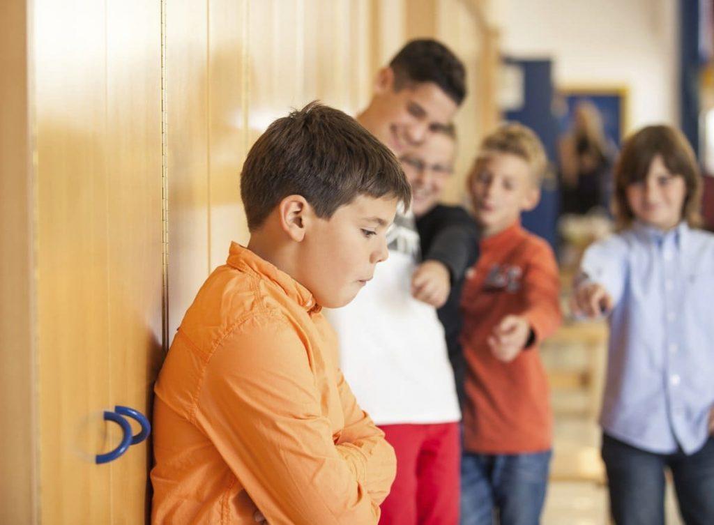 Вучоба дзіцяці. У новай школе не прымаюць навічка.