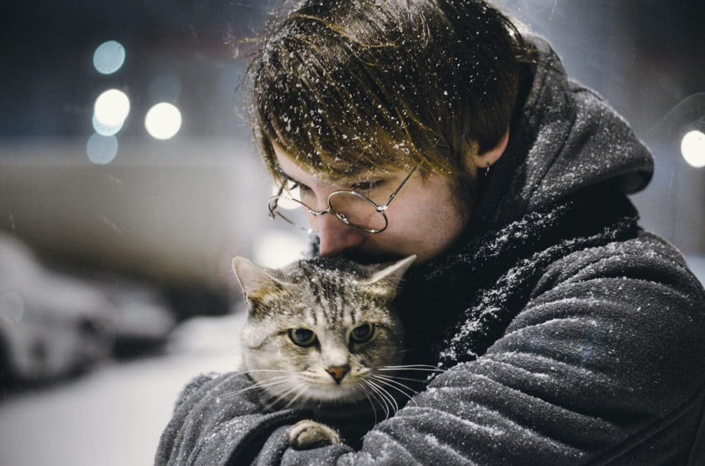 Дабрыня. Мужчына і кот узімку.