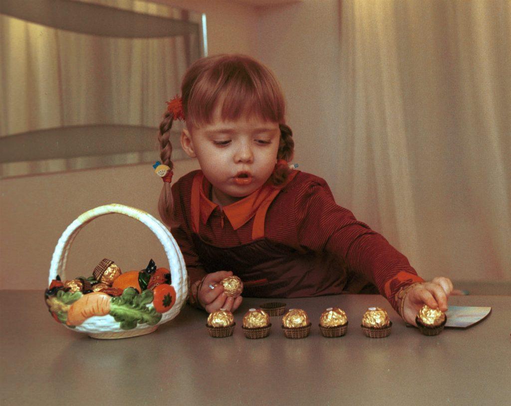 Дабрыня. Дзяўчынка бярэ сабе ўсе цукеркі.