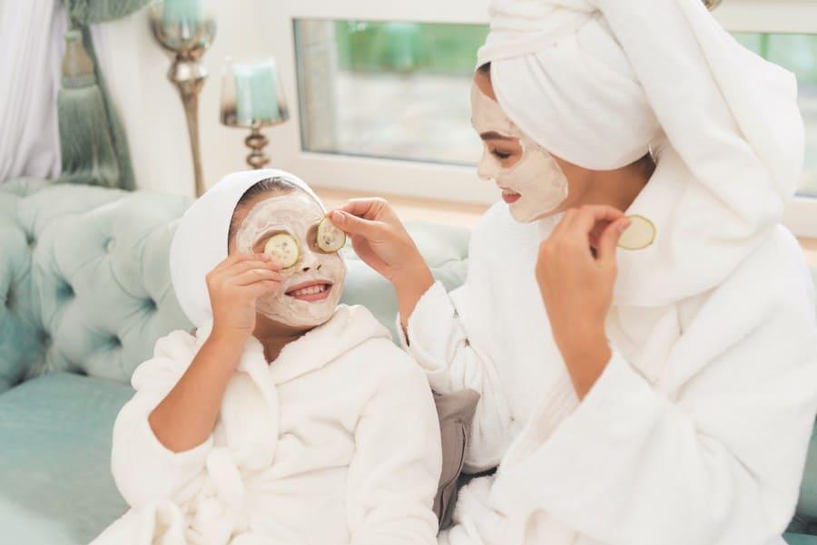 Каранавірус. Расслабленне. Дачка і мама з маскамі на тварах.