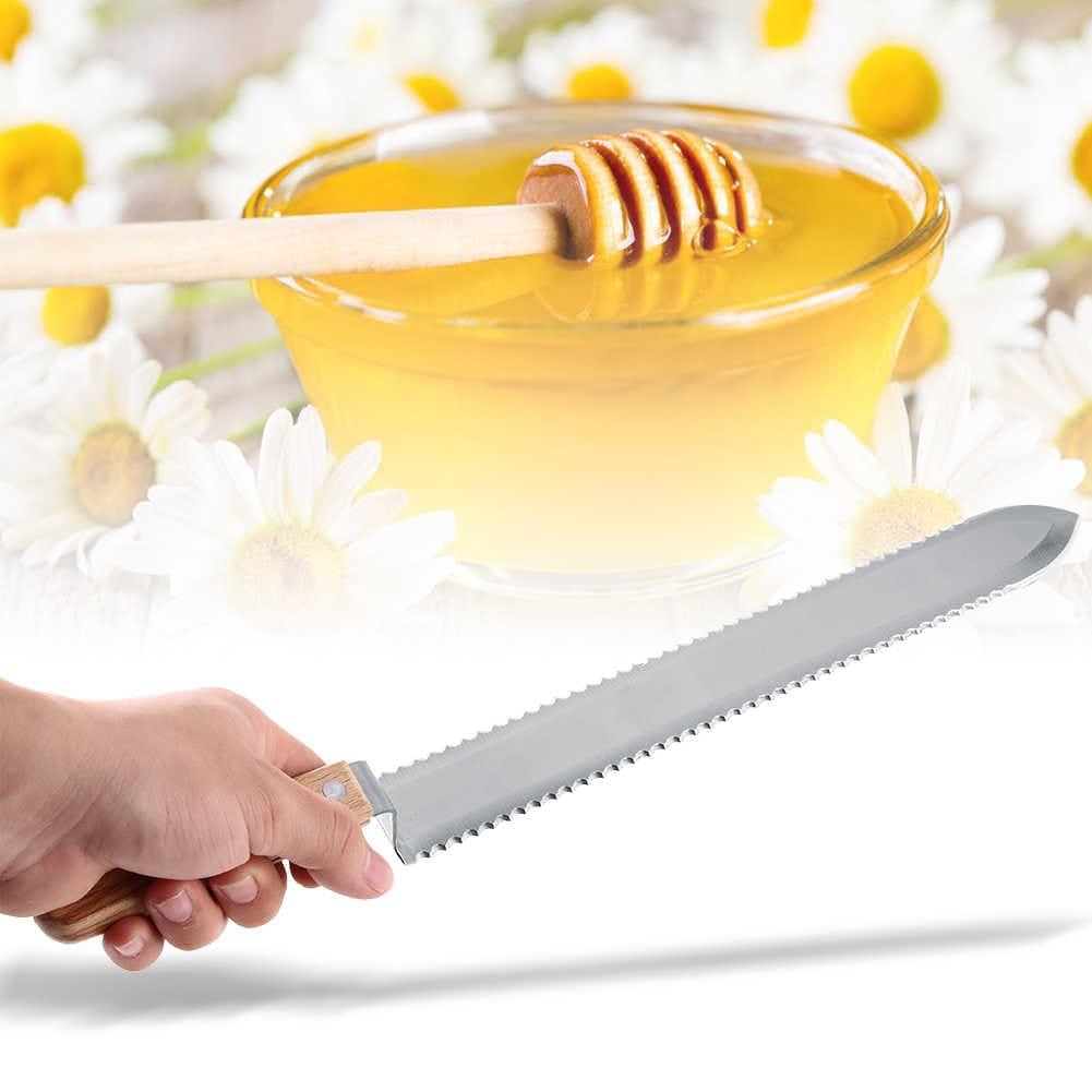 Мядовы Спас. Пчаляры макаюць у мёд нажы.
