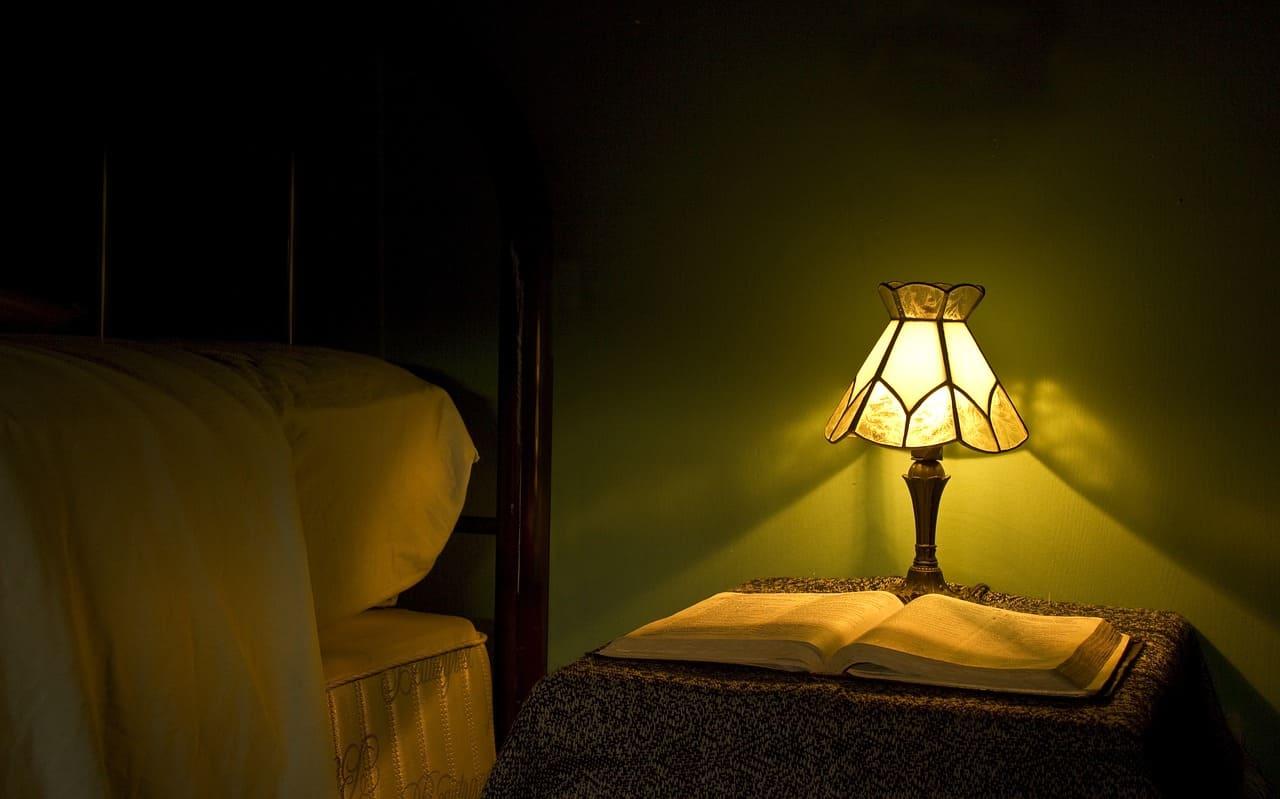 Здаровы сон. Жоўтае альбо чырвонае святло начніку.