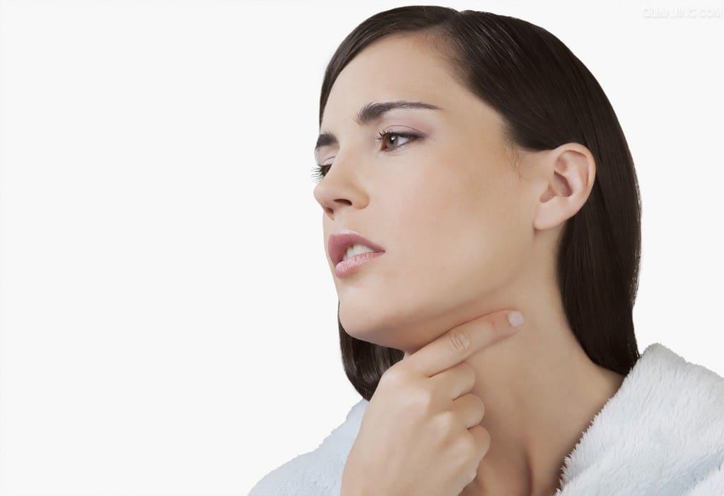 Вакцынацыя. Сярод пабочных рэакцый – боль у горле.