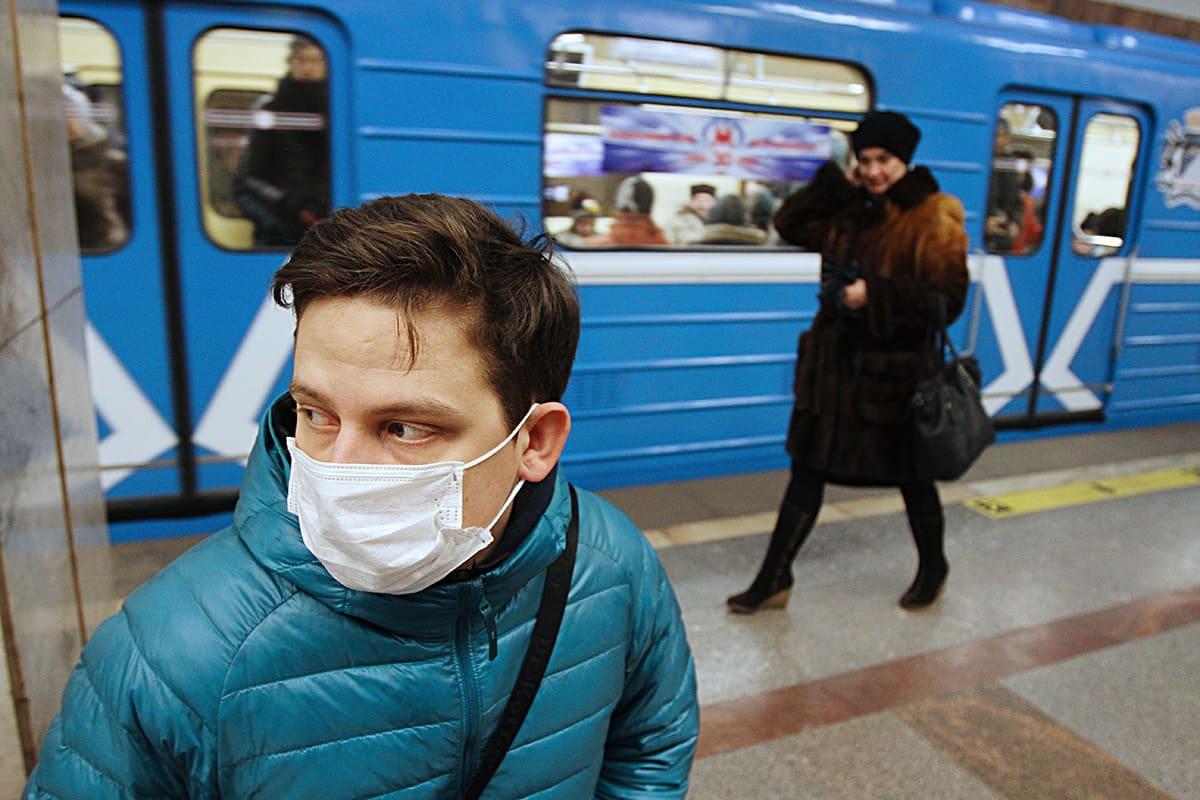 Маскі. Наведвальнікі ў метро: у масках і без.
