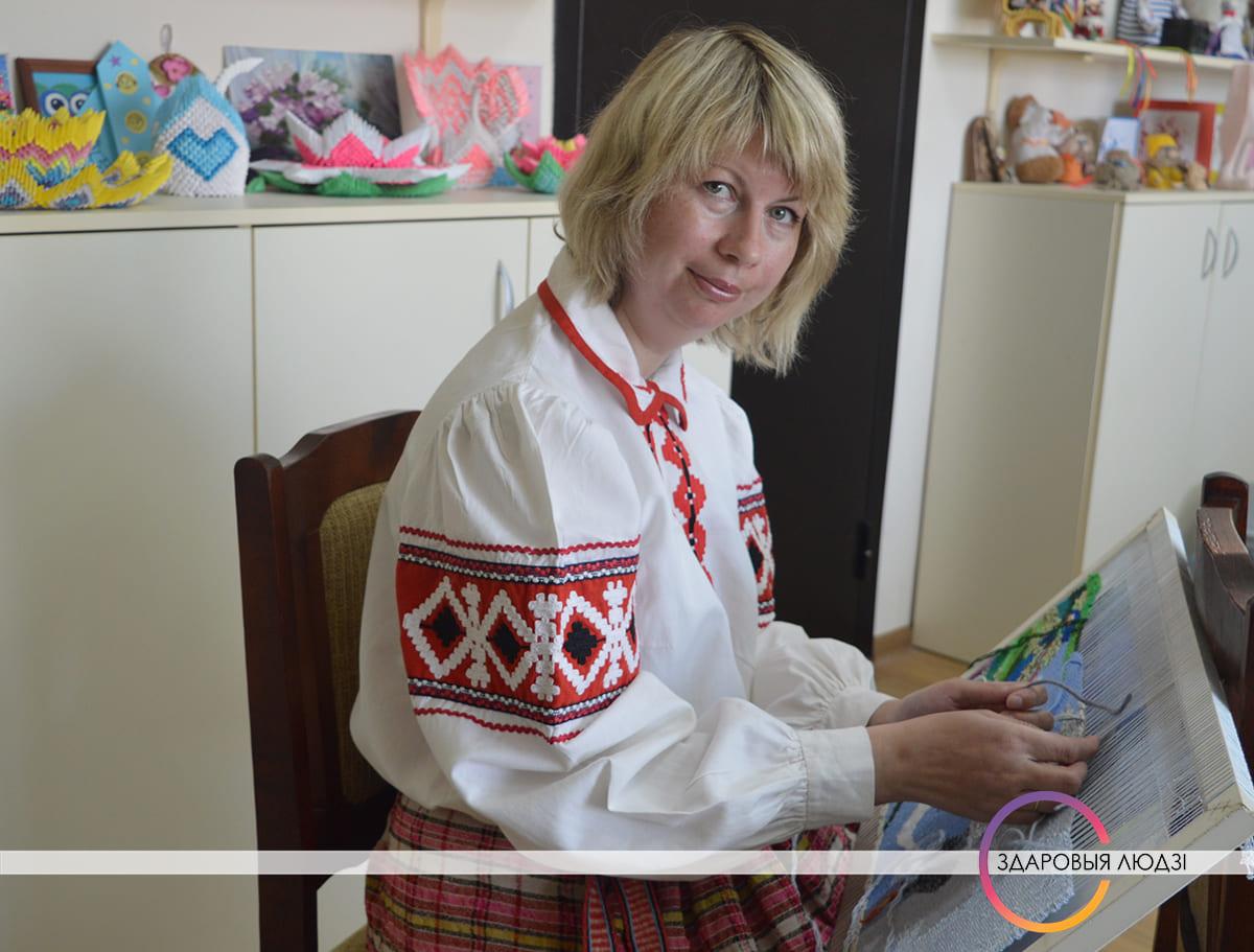 Беларускія паясы. Таццяна Мартынчык тчэ на бердзечку.